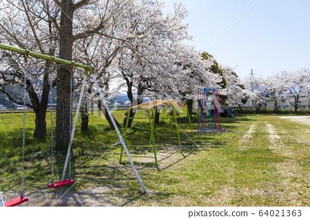 초등학교의 이미지 _ 놀이와 벚꽃과 하늘 64021363