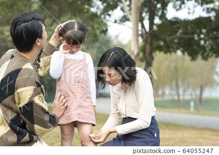 父母擔心受傷的女孩 64055247
