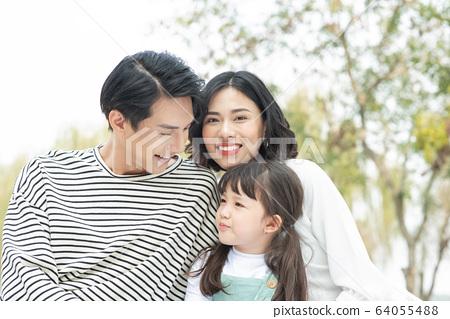 父母和孩子在公園裡野餐 64055488
