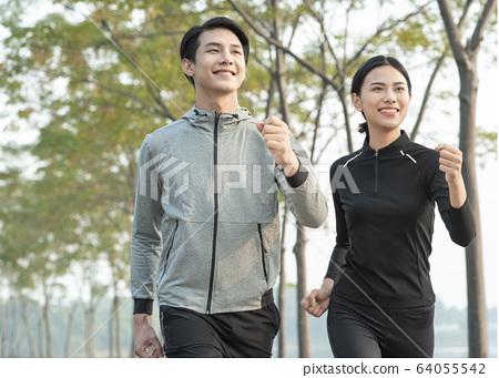 男人和女人在戶外運動 64055542
