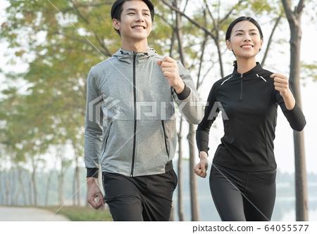 야외에서 운동을하는 남녀 64055577