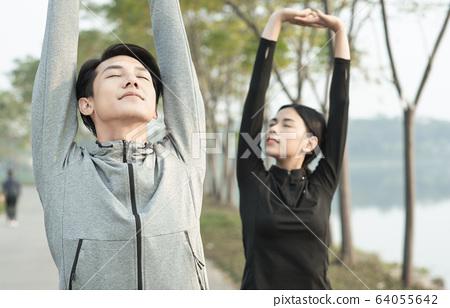 야외에서 운동을하는 남녀 64055642