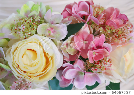 Bouquet of roses 64067357