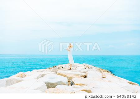 해안에 서 여성 64088142