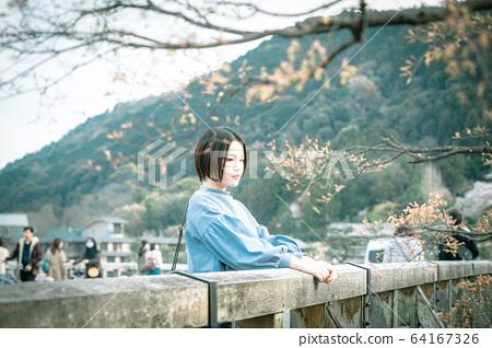 觀光的女人嵐嵐山渡月橋 64167326