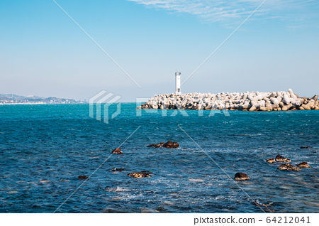 Breakwater and lighthouse at Jeongja harbor in Ulsan, Korea 64212041