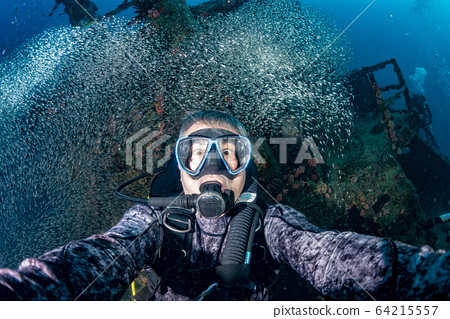 funny face Scuba diver inside Glass fishes giant 64215557