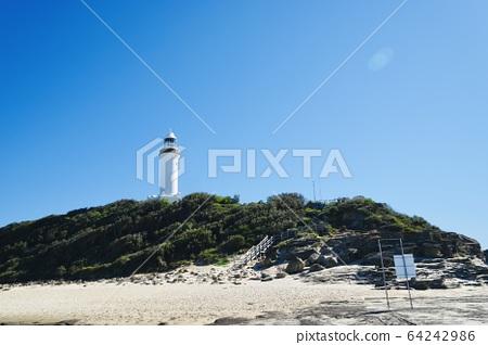 一座灯塔在沙滩边 64242986