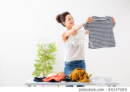 옷을 파는 여성 64247869