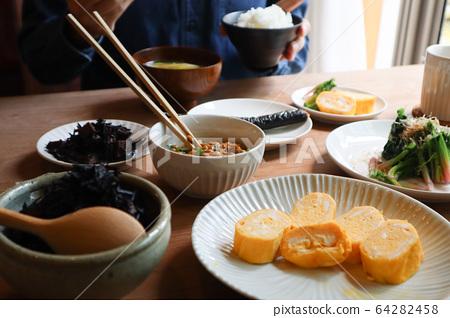 식사 풍경 - 아침 식사를 남성 64282458