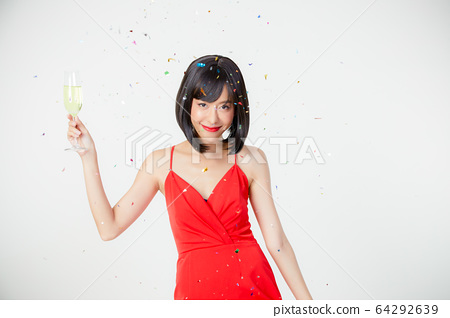 滑稽的捲曲婦女紅色禮服禮服銷售人白色背景材料 64292639