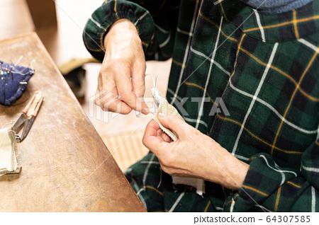 女人縫製自製口罩 64307585
