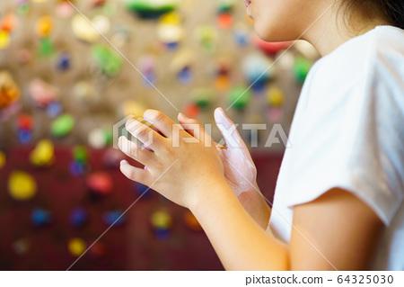 [볼더링] 볼더링 스튜디오에서 여자 초등학생 등산이 어려운 과제에 도전하는 장면 64325030