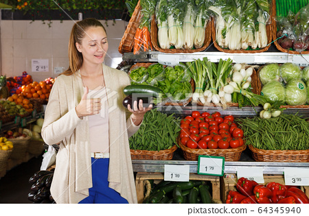 Portrait of woman who is choosing vegetables 64345940