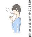 一个女人喝McCup咖啡的侧面 64398829