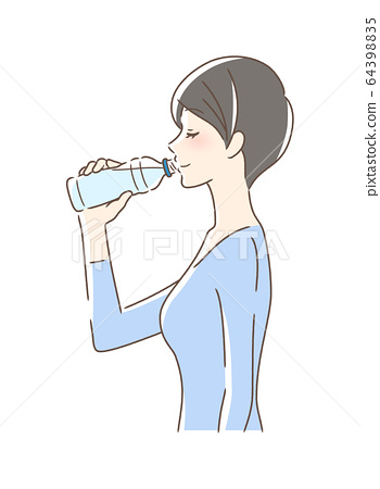一個女人喝寵物瓶裝水的側面 64398835