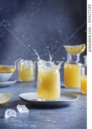 A splash of a lemon cocktail 64427189