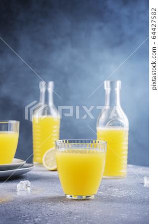 fresh homamade lemonade 64427582