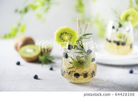 Summer cocktail with kiwi 64428108