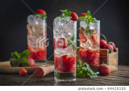 Mojito cocktail with strawberry 64428188