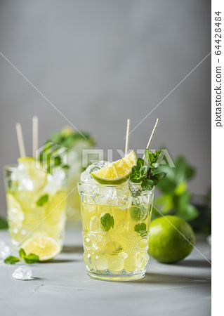 Cold tea with lime, mint and ice 64428484