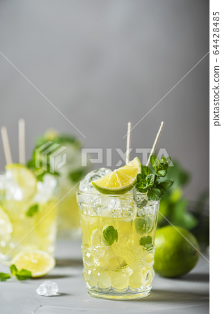 Cold tea with lime, mint and ice 64428485