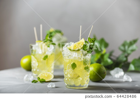 Cold tea with lime, mint and ice 64428486