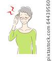 두통으로 고생하는 여성 64439560