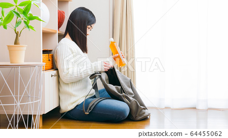 페트병 음료를 배낭에 넣어 여성 차 복사 공간 16 : 9 64455062