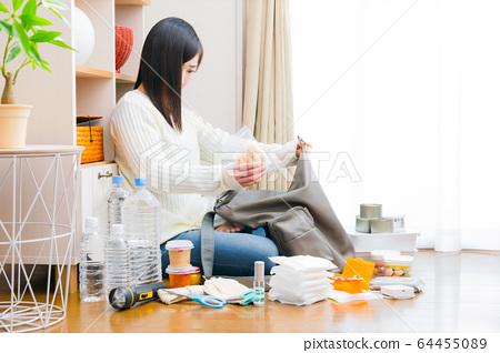 유아의 간식을 준비하는 여성 방재 피난 대책 갖춘 복사 공간 64455089