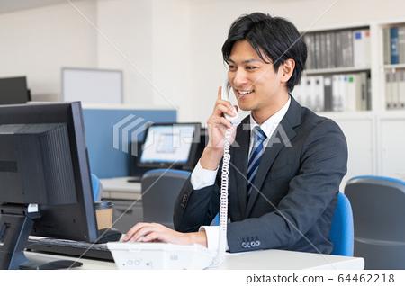 年輕的商人文書工作辦公室業務形象 64462218