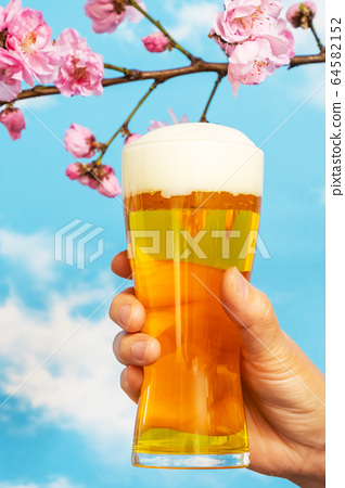 맥주로 건배 Toast with beer in the blue sky 64582152