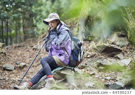 在山上休息的女人 64590237