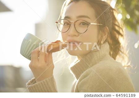 女人享受小吃 64591189