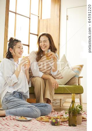 女人和她的朋友一起参加家庭聚会 64591220