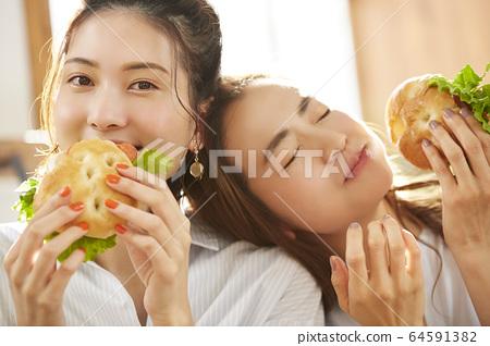 女人和朋友一起吃饭 64591382