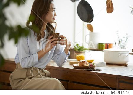 吃早餐的婦女 64591578