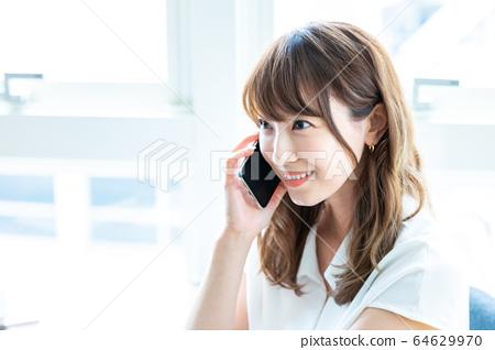 일하는 젊은 여성 64629970