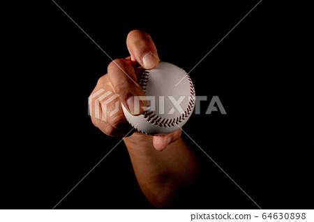 在室內練習區練習投球(右手投手) 64630898