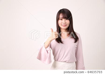호가를하는 여성 64635703
