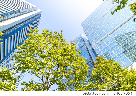 看摩天大楼的办公室镇的风景 64637954