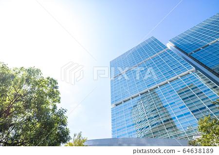 고층 빌딩을 올려다 오피스 거리의 풍경 64638189