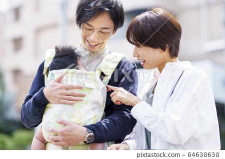 父母和他們三個月大的嬰兒一起散步 64638638