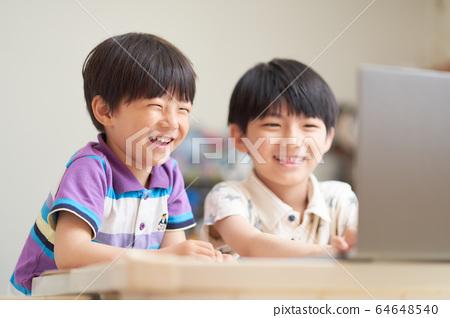 男孩看著電腦屏幕 64648540