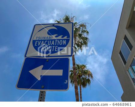 Tsunami evacuation route sign in Venice Beach, California, USA. 64668961