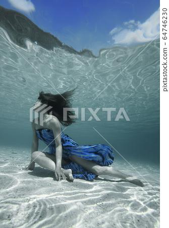 一個女人在水中 64746230