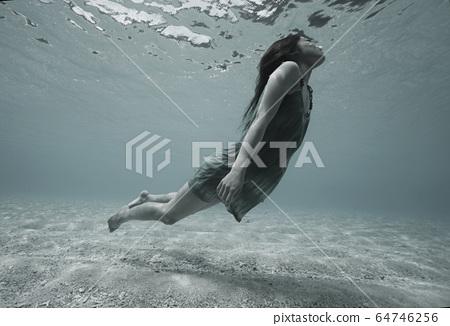 一個女人在水中 64746256
