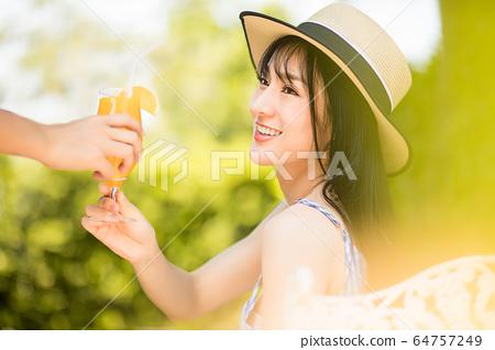 미인 여성 편안한 리조트 오렌지 주스 한잔 인물 소재 64757249
