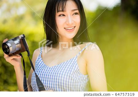 美麗的女相機享受業餘愛好明亮的吸引力材料 64757319
