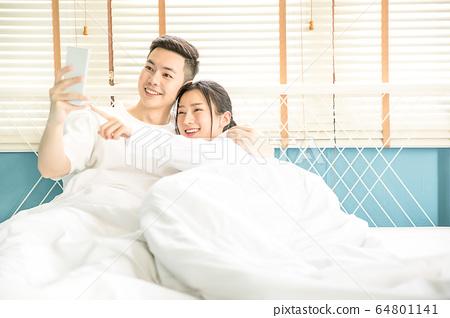 對年輕的夫婦夫婦床臥室擁抱愛幸福的家庭人材料 64801141